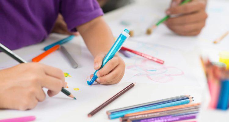 la-scolarite-enfant-coloriant-ecole-de-bonneuil