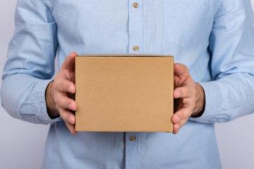 homme-tenant-boite-carton-service-livraison-fermer-copier-espace-maquette_134398-7830