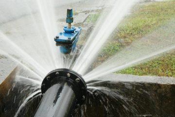 l-eau-coulant-de-la-canalisation-cassée-102677150
